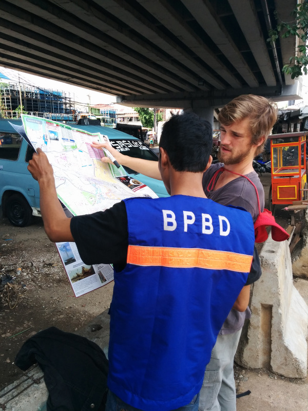 Photo 07. University of Wollongong student with BPBD DKI Jakarta colleague during the November 2014 Student Flood Team deployment.